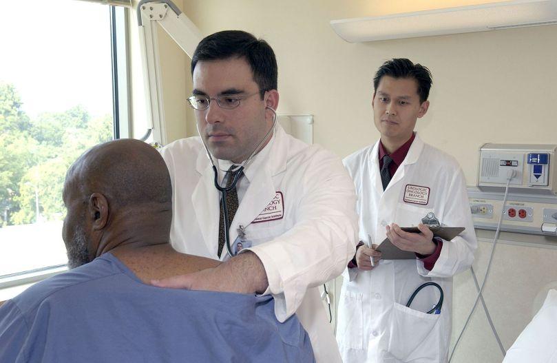 1280px-Doctor_examines_patient_(1)